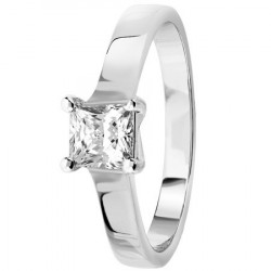 Bague solitaire diamant princesse serti 4 griffes